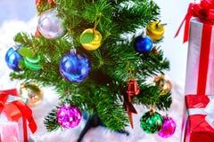 Рождественская елка с красочными шариками и подарочными коробками на белом backg стоковое изображение rf