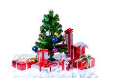 Рождественская елка с красочными шариками и подарочными коробками изолированными на wh стоковые фотографии rf