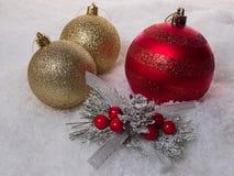 Рождественская елка 3 с красочными шариками на снеге Стоковая Фотография RF