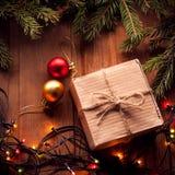 Рождественская елка с подарочной коробкой и украшения на деревянном backgroun стоковая фотография