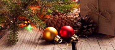 Рождественская елка с подарочной коробкой и украшения на деревянном backgroun стоковые фотографии rf