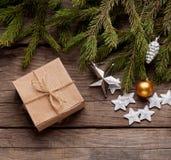 Рождественская елка с подарочной коробкой и украшения на деревянном backgroun стоковое фото rf