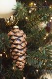 Рождественская елка с праздничными золотыми конусами и света с космосом экземпляра на запачканной предпосылке bokeh в моле xmas в Стоковая Фотография