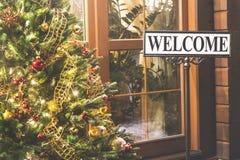 Рождественская елка с радушной надписью снаружи Вход и рождественская елка дома улицы вечера с светами и шариками Семья ho Стоковые Изображения