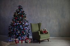 Рождественская елка с светами и гирляндами и подарки самонаводят для рождества стоковое фото