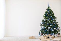 Рождественская елка с синью в белой комнате с игрушками для рождества Стоковое фото RF