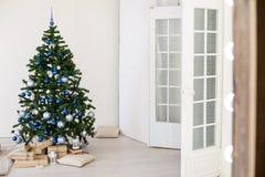 Рождественская елка с синью в белой комнате с игрушками для рождества Стоковые Изображения RF