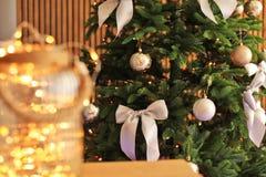 Рождественская елка с стильным оформлением и fairy светами Стоковое Изображение