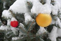 Рождественская елка с шариками и снежком стоковое фото rf