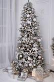 Рождественская елка украсила белые шарики и заморозок стоковая фотография rf