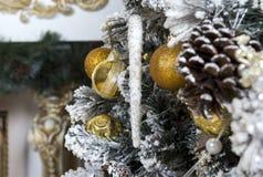 Рождественская елка украшенная для дерева праздника, шарики золота, игрушка i Стоковое фото RF