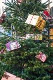 Рождественская елка украшенная подарочными коробками стоковое изображение rf