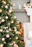 Рождественская елка украшенная с золотыми шариками стоковая фотография rf