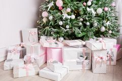 Рождественская елка украшенная с игрушками в серебряном и розовом цвете В ем мы видим воздушные шары с лентами и светами Стоковые Фотографии RF