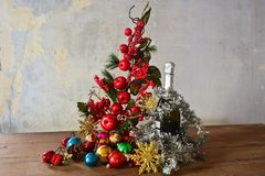 Рождественская елка яблока и бутылка шампанского Стоковое Изображение RF