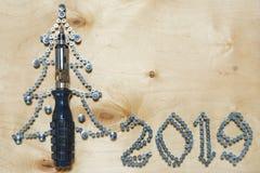 Рождественская елка 2019 DIY сделала из отвертки и винтов на предпосылке переклейки стоковое изображение rf
