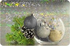 Рождественская открытка: елевые ветви, конусы и шарики рождества в вазе стоковые изображения rf