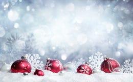 Рождественская открытка - красные безделушки и снежинки стоковое изображение rf