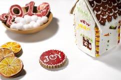 Рождественская открытка: на деревянной плите печенья красного имбиря в форме 2019 и белые круглые снежинки стоковые фотографии rf