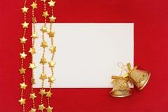 Рождественская открытка: пробел, колоколы и гирлянда на красном цвете Стоковая Фотография RF