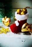 Рождественская открытка с красными орнаментом и оформлением ботинка Санты на Snowy w Стоковое Изображение
