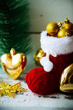 Рождественская открытка с красными орнаментом и оформлением ботинка Санты на предпосылке Snowy деревянной Селективный фокус с кос Стоковое Изображение RF