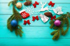 Рождественская открытка с рамкой аксессуаров зимы на голубой деревянной предпосылке Рождественская елка и новый фокус взгляда yea стоковая фотография