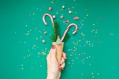 Рождественская открытка с тросточками конфеты в конусе waffle стоковые изображения
