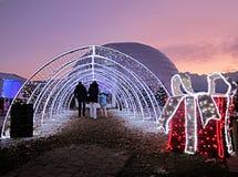 Рождественская ярмарка в Монтрё, Швейцарии, на заходе солнца с щеголем стоковые изображения