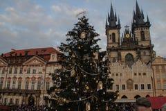 Рождественская ярмарка в Праге отпразднуйте носить santa мати шлемов дочи рождества торжества стоковое изображение