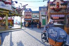 Рождественская ярмарка, красочная старая деревня рождества, Дюссельдорф, Burgplatz на реке Рейне стоковые изображения rf