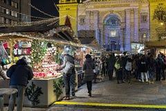 Рождественская ярмарка перед базиликой ` s St Stephen в Будапеште, Венгрии Стоковые Фото
