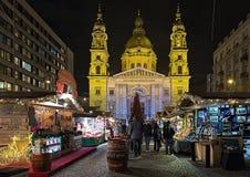 Рождественская ярмарка перед базиликой ` s St Stephen в Будапеште, Венгрии Стоковые Изображения RF