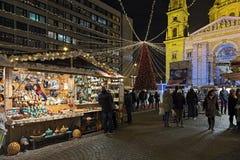 Рождественская ярмарка перед базиликой ` s St Stephen в Будапеште, Венгрии Стоковые Фотографии RF