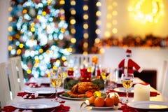 Рождественский ужин на месте огня и дереве Xmas стоковые изображения