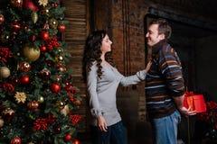 рождество веселое Молодые пары празднуя рождество дома Стоковая Фотография RF