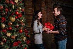 рождество веселое Молодые пары празднуя рождество дома Стоковые Изображения RF