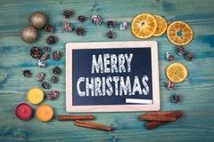 рождество веселое предпосылка красит желтый цвет праздника красный Орнаменты и оформление на деревянном столе Стоковое фото RF