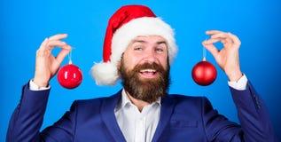 рождество веселое Распространение атмосферы рождества вокруг Праздники значили ради веселья Костюм бородатой носки человека офици стоковое изображение rf