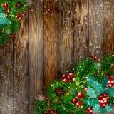 рождество веселое Рождественская открытка с спрусом снега разветвляет с красными ягодами, украшениями рождества на деревянной пре Стоковые Изображения