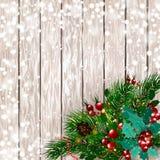 рождество веселое Рождественская открытка с спрусом снега разветвляет с красными ягодами, украшениями рождества на деревянной пре Стоковое фото RF
