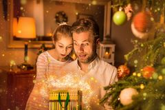 Рождество - взгляд отца и дочери в подарок & x28; present& x29; сумка стоковые изображения
