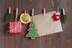 Рождество возражает на строке на clothespegs на деревянной предпосылке Стоковое фото RF