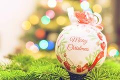 Рождество Декоративная безделушка на предпосылке абстрактных светов Стоковые Изображения RF