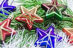 Рождество забавляется звезды на белом украшении с ветвью сосны Стоковые Изображения