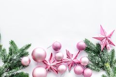 Рождество забавляется картина Розовые звезды и шарики приближают к ветвям сосны на белом copyspace взгляд сверху предпосылки Стоковые Фото
