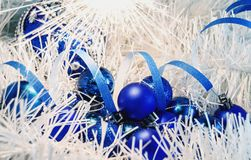 Рождество забавляется шарики на белом украшении с светами Бенгалии Стоковое Изображение RF