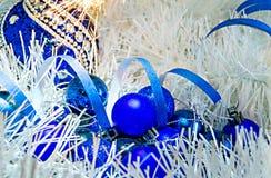 Рождество забавляется шарики на белом украшении с светами Бенгалии Стоковое фото RF
