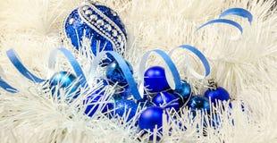 Рождество забавляется шарики на белом украшении с светами Бенгалии Стоковая Фотография
