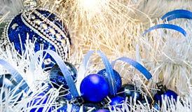 Рождество забавляется шарики на белом украшении с светами Бенгалии Стоковые Фотографии RF
